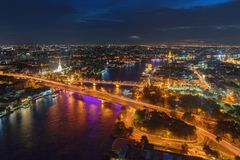 Pagoda blanche de Prayoon, pont comm?moratif, et Phra Pok Klao Bridge avec les b?timents et la courbe de Chao Phraya River la nui photos stock