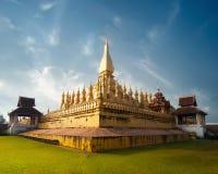 Pagoda bouddhiste d'or de Phra qui temple de Luang sous le ciel bleu Vientiane, Laos Photographie stock