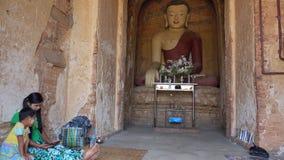 Pagoda bouddhiste intérieure dans Bagan clips vidéos