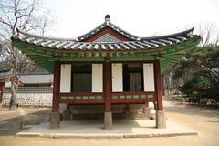 Pagoda bouddhiste verte et rouge Images stock