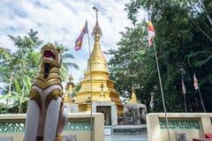 Pagoda buddista circondata dalle bandiere buddisti in villaggio birmano Fotografie Stock