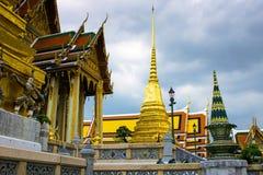 Pagoda Buddyjska świątynia w Bangkok w chmurnym dniu obraz royalty free
