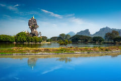 Pagoda budista de Kyauk Kalap Hpa-An, Myanmar (Birmania) fotografía de archivo