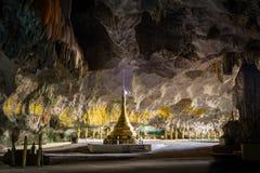 Pagoda budista en la cueva del minuto del pecado de Sadan Hpa-An, Myanmar (Birmania) fotos de archivo