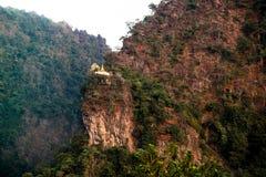 Pagoda budista en la montaña de la piedra caliza cerca de la ciudad de Hpa-An myanmar Fotografía de archivo libre de regalías