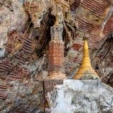 Pagoda budista vieja con las tallas en el matón de Kaw fotos de archivo