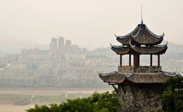 Pagoda chinês antigo de encontro a uma skyline moderna Fotografia de Stock