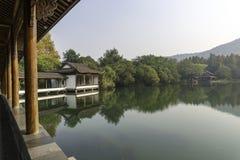 Pagoda cinese vicino al lago Immagine Stock