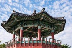 Pagoda contra el pequeño cielo de las nubes Imágenes de archivo libres de regalías