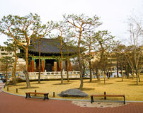 Pagoda coreana tradizionale con la campana in Central Park immagini stock libere da diritti