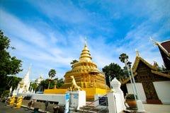 Pagoda d'or à la lanière de Wat Phra That Sri Chom, province de Chiangmai, Thaïlande photos stock