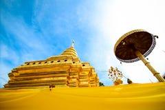 Pagoda d'or à la lanière de Wat Phra That Sri Chom, province de Chiangmai, Thaïlande Photo libre de droits
