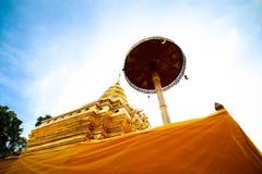 Pagoda d'or à la lanière de Wat Phra That Sri Chom, province de Chiangmai, Thaïlande Photographie stock libre de droits