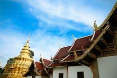 Pagoda d'or à la lanière de Wat Phra That Sri Chom, province de Chiangmai, Thaïlande Image stock