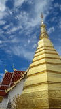 Pagoda d'or dans le temple de la Thaïlande Photographie stock