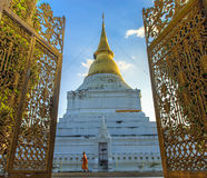Pagoda d'or dans le temple thaïlandais Photos stock