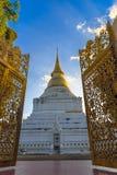 Pagoda d'or dans le temple thaïlandais Images libres de droits