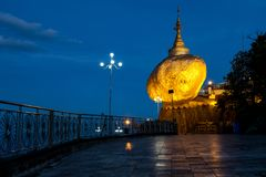 Pagoda d'or de roche photo stock