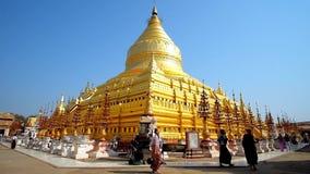 Pagoda d'or de Shwezigon dans Bagan, Myanmar clips vidéos
