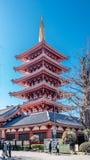 Pagoda d'histoire de Gojunoto cinq de visite de touristes au temple de Senso-JI images libres de droits