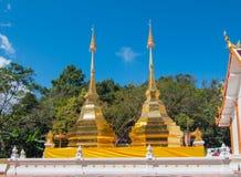 Pagoda d'or jumelle chez Wat Phra That Doi Tung, Thaïlande Image libre de droits