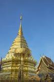 Pagoda d'or sur le temple de Doi Suthep, Thaïlande. Photo libre de droits