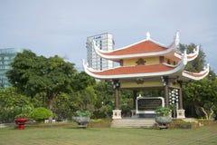 Pagoda de belvédère avec une citation des écritures de Ho Chi Minh Panthéon Ho Chi Minh vers V?ng Tàu, Vietnam images libres de droits