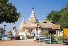 Pagoda de Bupaya na costa do rio de Irrawaddy fotografia de stock