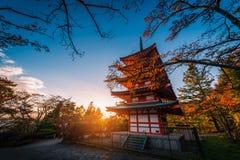 Pagoda de Chureito y hoja roja en el otoño en puesta del sol en Fujiyosh fotos de archivo libres de regalías