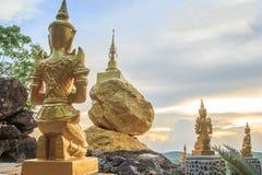 Pagoda de la estatua y del oro del ángel del oro Foto de archivo libre de regalías