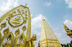 pagoda de la forma 4-sided: paisaje de la arquitectura de la pagoda blanca y del oro en el wat Phrathat Nong Bua en la provincia  fotos de archivo