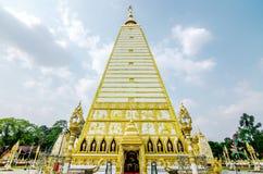 pagoda de la forma 4-sided: paisaje de la arquitectura de la pagoda blanca y del oro en el wat Phrathat Nong Bua en la provincia  imagen de archivo