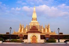 Pagoda de luang de Pra tat sur le coucher du soleil. images stock