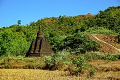 Pagoda de Mong Paung Shwe Gu en la ladera, Mrauk U, estado de Rakhine, Myanmar fotos de archivo