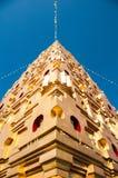 Pagoda de oro con el cielo azul en Tailandia fotografía de archivo libre de regalías