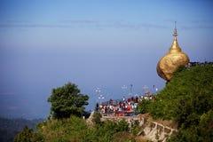 Pagoda de oro de la roca imagen de archivo libre de regalías