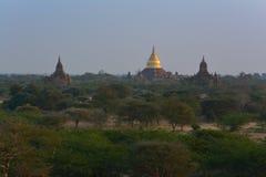 Pagoda de oro de Dhammayazika en el amanecer en Bagan Archaeological Zone, Myanmar imagenes de archivo