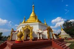 Pagoda de oro en el pueblo de Myanmar fotografía de archivo