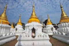 Pagoda de oro en el shao del jehdi del wat, lumphang, Tailandia Fotografía de archivo libre de regalías