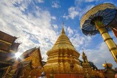 Pagoda de oro en el templo de Doi Suthep, Chiang Mai, Tailandia foto de archivo libre de regalías