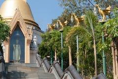 Pagoda de oro en el templo de Wat Pa Phu Kon en del noreste de Tailandia Fotos de archivo libres de regalías