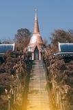 Pagoda de oro en el templo de Wat Pa Phu Kon en del noreste de Tailandia Imagen de archivo