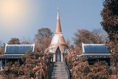 Pagoda de oro en el templo de Wat Pa Phu Kon en del noreste de Tailandia Fotografía de archivo libre de regalías