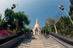 Pagoda de oro en el templo de Wat Pa Phu Kon en Tailandia Fotografía de archivo libre de regalías