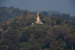 Pagoda de oro en el templo de Wat Pa Phu Kon en Tailandia Fotografía de archivo