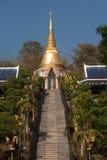 Pagoda de oro en el templo de Wat Pa Phu Kon en Tailandia Imagen de archivo libre de regalías