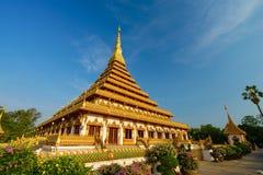 Pagoda de oro en el templo tailandés, Khon Kaen Tailandia foto de archivo libre de regalías