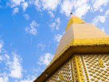 Pagoda de oro en fondo del cielo azul Imagen de archivo libre de regalías