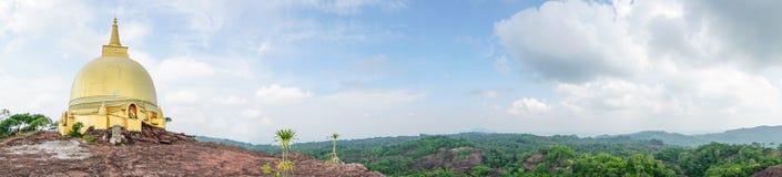 Pagoda de oro en la montaña Fotos de archivo libres de regalías