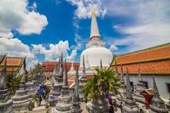 Pagoda de oro en lugar de la adoración para el buddhism en meridional del th Imagen de archivo libre de regalías